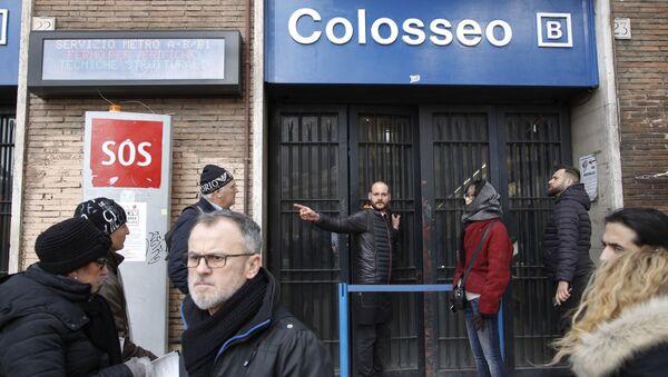 Закрытая из-за землетрясения станция метро Колизей в Риме. 18 января 2017
