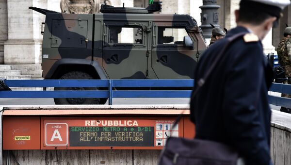 Итальянские военные у станции метро в Риме во время землетрясения. 18 января 2017
