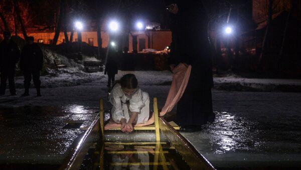Девочка во время крещенского купания в Богородицком Житенном женском монастыре в Осташкове