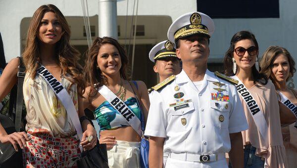 Вице-адмирал филиппинских ВМС Рональд Меркадо и участницы конкурса Мисс Вселенная на борту яхты Счастливая жизнь во время путешествия на пляжный курорт в Маниле, Филиппины
