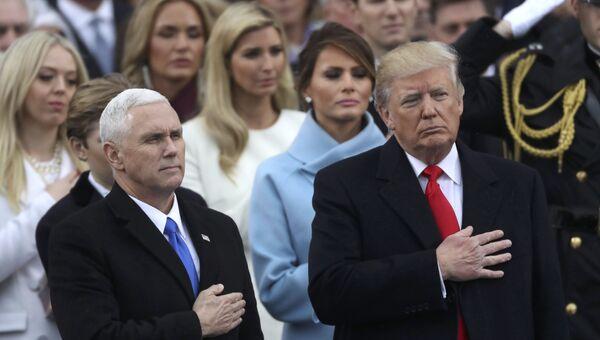 Президент США Дональд Трамп и вице-президент Майк Пенс слушают национальный гимн США во время церемонии инаугурации в Капитолии США в Вашингтоне. 20 января 2017