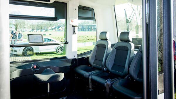 Беспилотный автобус перед тест-драйвом в Вагенингене, Нидерланды