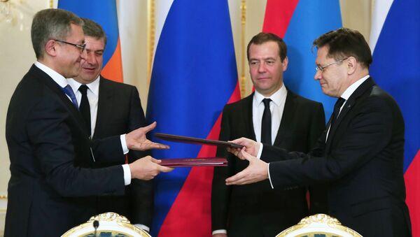 Председатель правительства РФ Дмитрий Медведев и глава правительства Армении Карен Карапетян на церемонии подписания совместных документов по итогам переговоров