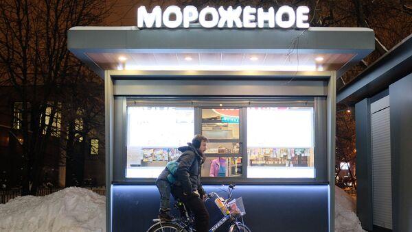 Велосипедист у киоска продажи мороженого. Архивное фото