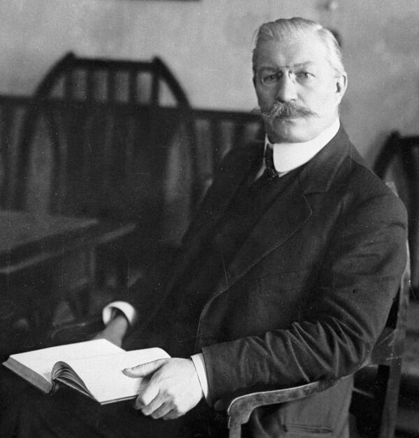 Павел Николаевич Милюков (1859-1943), русский политический деятель, историк и публицист. Министр иностранных дел Временного правительства в 1917 году. С 1916 г. почётный доктор Кембриджского университета.