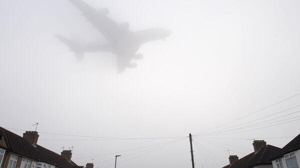 Самолет заходит на посадку в лондонском аэропорту Хитроу. Архивное фото