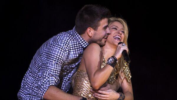 Певица Шакира с мужем футболистом Жераром Пике во время концерта в Барселоне