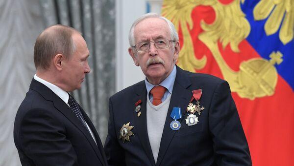 Президент РФ Владимир Путин и актер Василий Ливанов во время церемонии вручения государственных наград. 26 января 2017