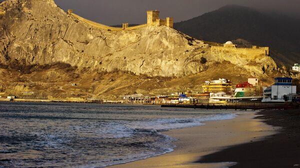 Генуэзская крепость и берег Черного моря на рассвете в Судаке