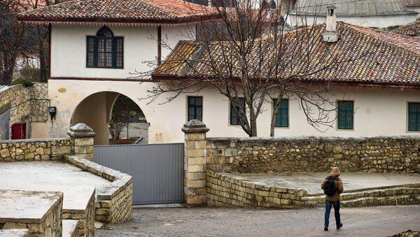 Прохожий идет по Историческому переулку вдоль Ханского дворца в Бахчисарае. Архивное фото
