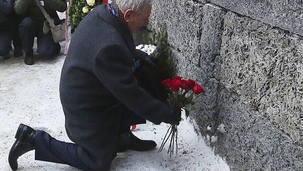 Возложение цветов в память о погибших от рук нацистов в бывшем концлагере и лагере смерти Аушвиц, Польша