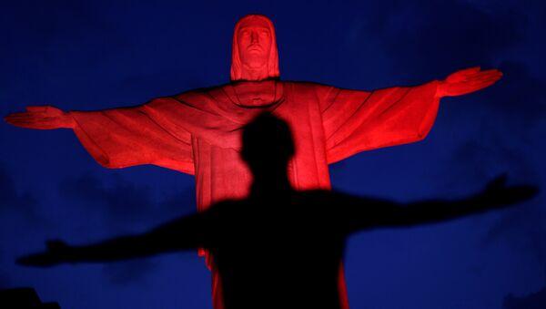 Статуя Христа Искупителя в Рио-де-Жанейро подсвечена красным цветом в честь китайского Нового года. 27 января 2017 года