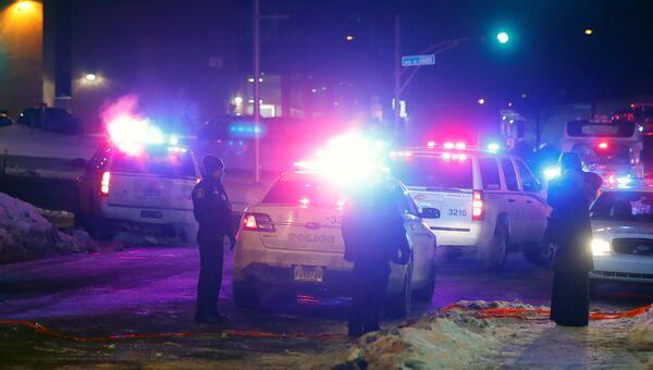 Сотрудники полиции возле места стрельбы в канадском Квебеке. 29 января 2017 год