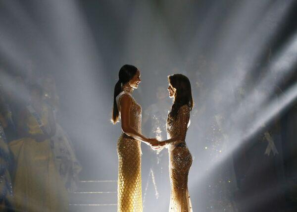Мисс Гаити Ракель Пелисье и Мисс Франция Ирис Миттенар во время объявления победительницы конкурса Мисс Вселенная. 30 января 2017