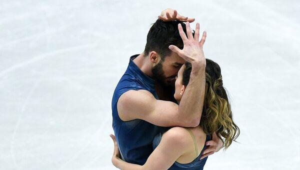 Габриэлла Пападакис и Гийом Сизерон выступают в произвольной программе танцев на льду на чемпионате Европы по фигурному катанию в Остраве