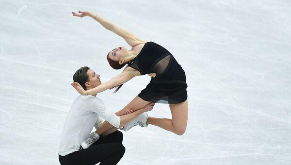 Екатерина Боброва и Дмитрий Соловьев (Россия) выступают в произвольной программе танцев на льду на чемпионате Европы по фигурному катанию в Остраве