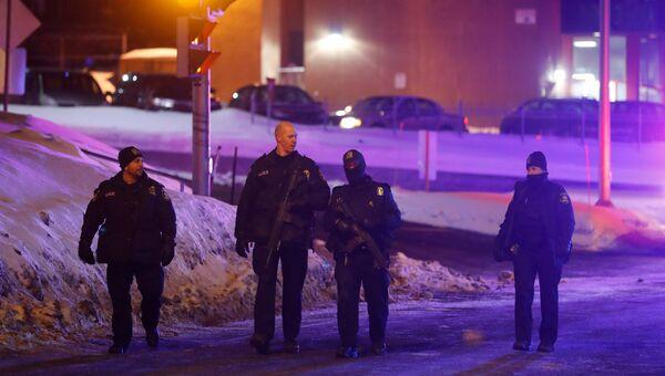Сотрудники полиции на месте стрельбы в мечети в Квебек-Сити, Канада