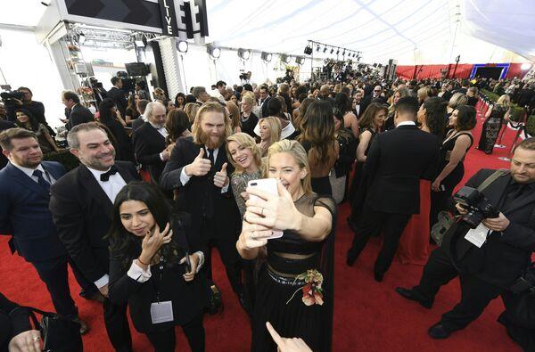 Кейт Хадсон делает селфи на церемонии вручения премии Гильдии киноактеров США в Лос-Анджелесе