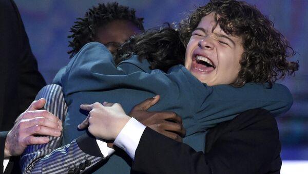 Калеб МакЛафлин, Финн Вулфард и Гейтен Матараццо обнимаются на церемонии вручения премии Гильдии киноактеров США в Лос-Анджелесе