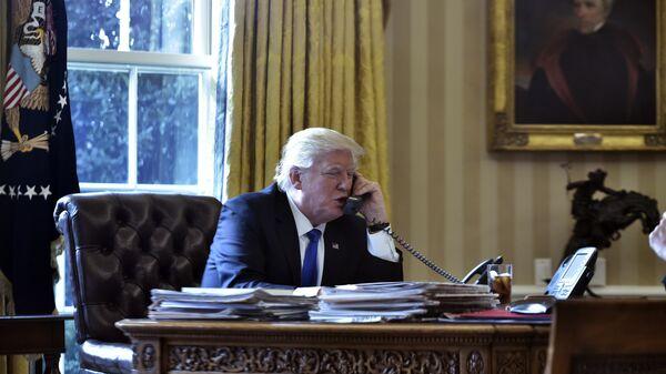 Президент США Дональд Трамп во время телефонного разговора с президентом России Владимиром Путиным. Архивное фото