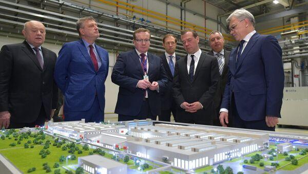 Председатель правительства РФ Дмитрий Медведев во время посещения предприятия АО Кировское машиностроительное предприятие