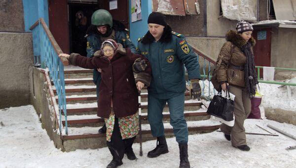 Сотрудники МЧС ДНР помогают жительнице спуститься во время эвакуации людей из опасных районов Донецка