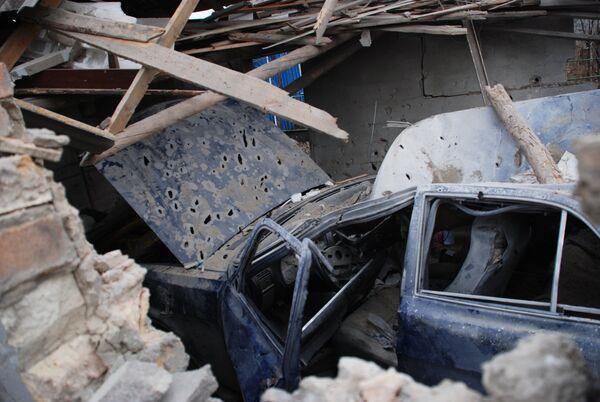 Обломки автомобиля в разрушенном гараже в селе Коминтерново Донецкой области