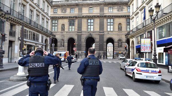 Сотрудники полиции возле здания Лувра в Париже, Франция. 3 февраля 2017