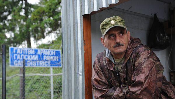 Охранник на пограничном пункте Ингур в Гальском районе Абхазии. Архивное фото