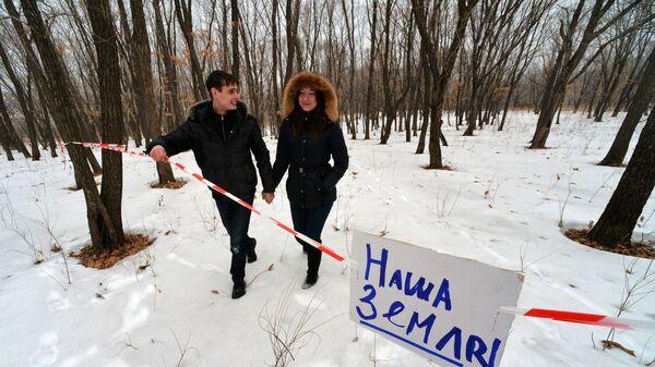 Роман Мошной и его невеста Людмила осваиваются на своем дальневосточном гектаре в Надеждинском районе Приморского края, где намерены выращивать дикоросы, в частности, лимонник