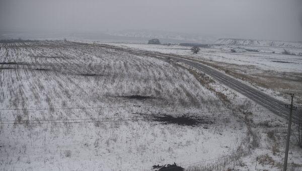 Следы от разорвавшихся боеприпасов на поле на окраине Донецка