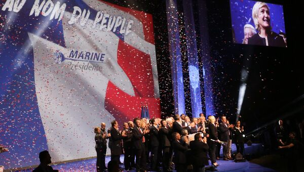 Кандидат на пост президента Франции, лидер французской партии Национальный фронт Марин Ле Пен на встрече со своими сторонниками во время избирательной ка. Архивное фото