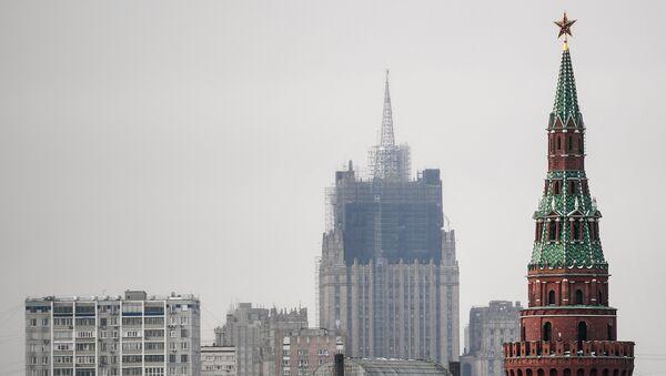 Реконструкция шпиля на здании Министерства иностранных дел РФ Москвы. Архивное фото