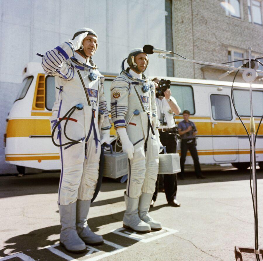 Экипаж космического корабля Союз Т-13 Владимир Джанибеков и Виктор Савиных перед стартом