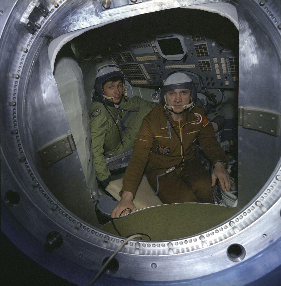 Летчики-космонавты СССР В.П. Савиных и В.А. Джанибеков