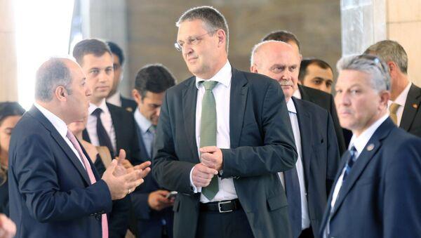 Статс-секретарь МИД ФРГ Маркус Эдерер (в центре). Архивное фото