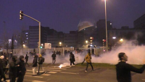 Слезоточивый газ и взрывы шумовых гранат: пятая ночь протестов во Франции