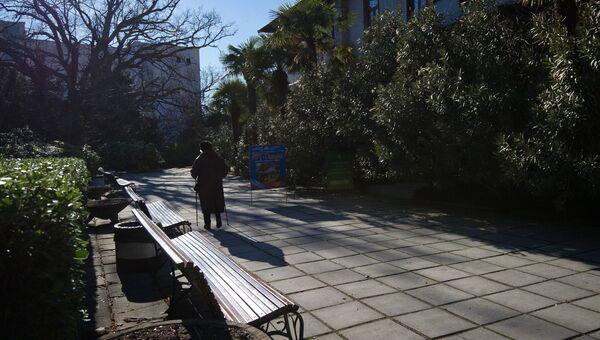 Посетительница в Никитском ботаническом саду в Крыму
