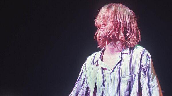 Вокалист группы Нирвана Курт Кобейн во время выступления в Токио