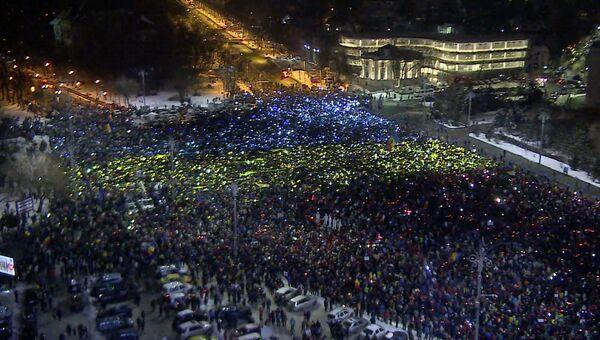 Протестующие в Бухаресте составили из бумажных листов гигантский флаг Румынии