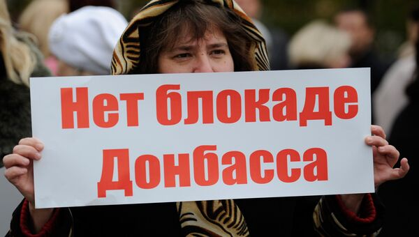 Участники митинга в Донецке, который прошел в День ООН. Собравшиеся обратились к представителям ООН с требованием: активно фиксировать нарушения в результате обстрелов со стороны украинских силовиков