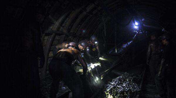 Шахтеры на шахте в Донецкой области. Архивное фото