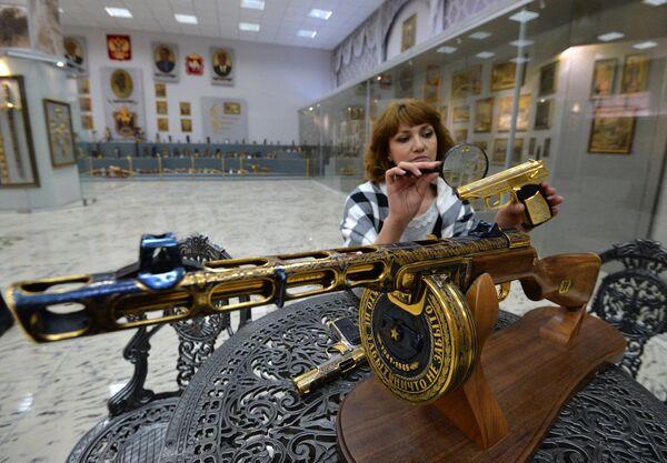 Сотрудница Златоустовской оружейной фабрики проверяет образцы подарочного и наградного оружия для министерства обороны РФ