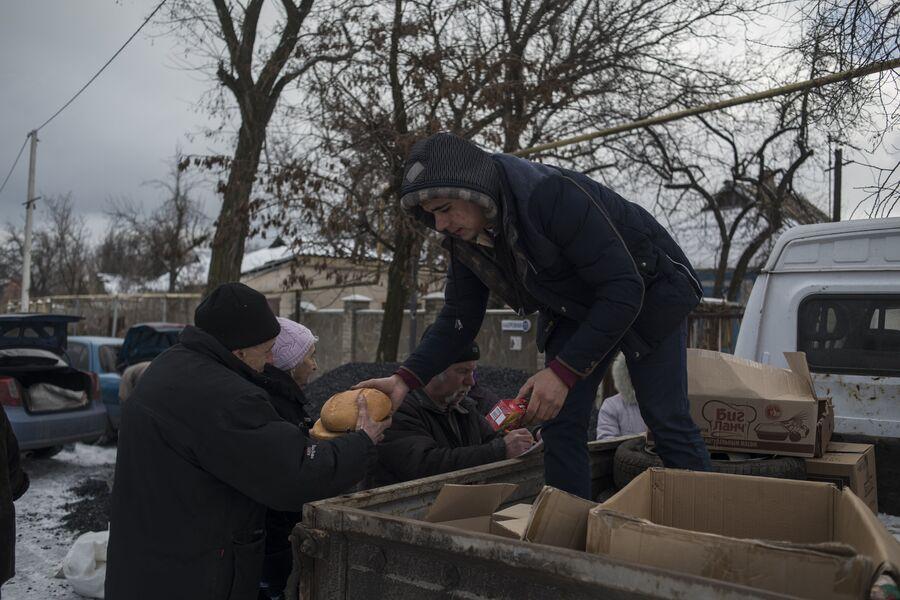 Жители села Веселое Донецкой области получают хлеб