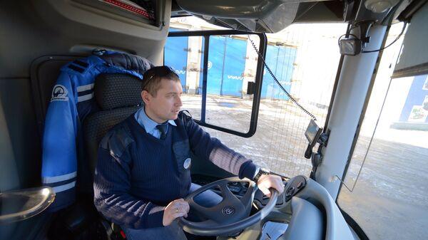 Водитель отечественного электробуса ЛиАЗ-6274В перед выходом на маршрут в Москве