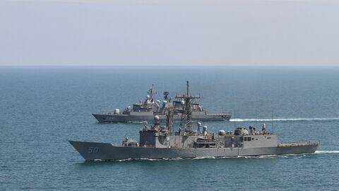 Американский фрегат Taylor и турецкий фрегат Turgutries во время учений в Черном море