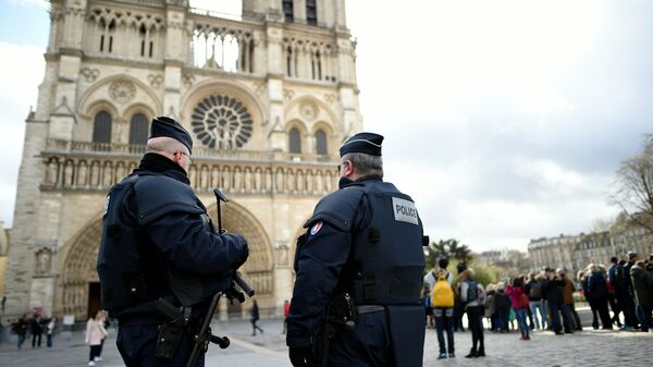 Сотрудники правоохранительных органов Франции во время патрулирования в Париже. Архивное фото