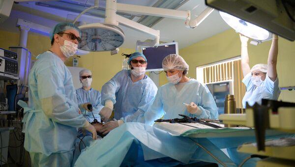 Хирурги проводят операцию в 3D-очках. Архивное фото