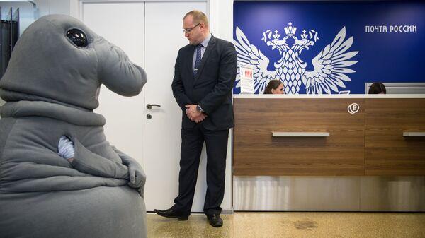 Интернет-герой Ждун в отделении Почты России на улице Бауманская во время запуска проекта Почта без очередей