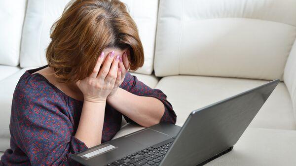 Расстроенная женщина у компьютера